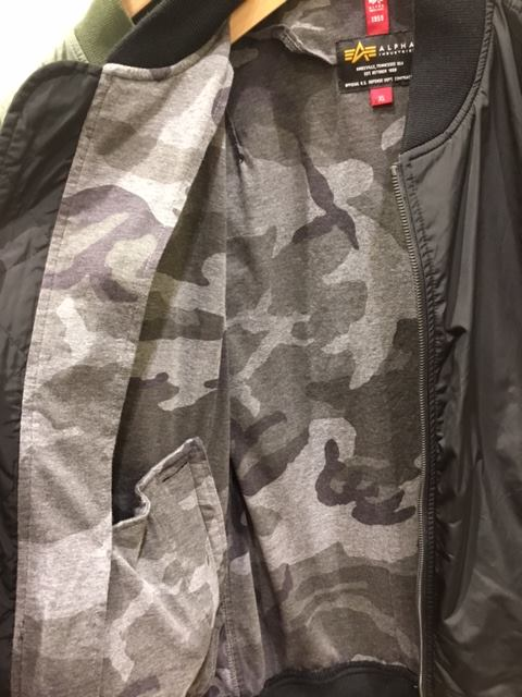 mozo ワンダーシティ店 秋冬シーズンに定番の「MA-1」から中綿を省いた、春秋仕様のライトアウターです。素材は軽量ナイロンタフタを使用しており、サラッとした肌触りが特徴です。裏地は保温性の高いカットソー素材を使用。肌触りが良く、Tシャツの上からサッと羽織れる軽量のジャケットです。